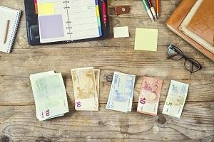 Tisch mit Geldnoten