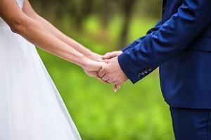 Hände haltendes Paar