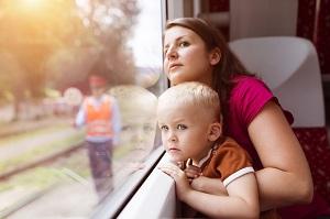 Mutter mit Kind im Zug