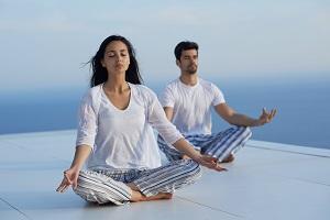 Paar im Yoga-Sitz